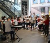 """Les élèves de 6èmes restituent un travail de leur première journée au collège : chanter tous ensemble, """"c'est un nouveau monde à découvrir, un beau chemin qui se profile pour se construire un bel avenir"""",accompagnés de leur professeure de musique au piano. Photo DNA"""""""